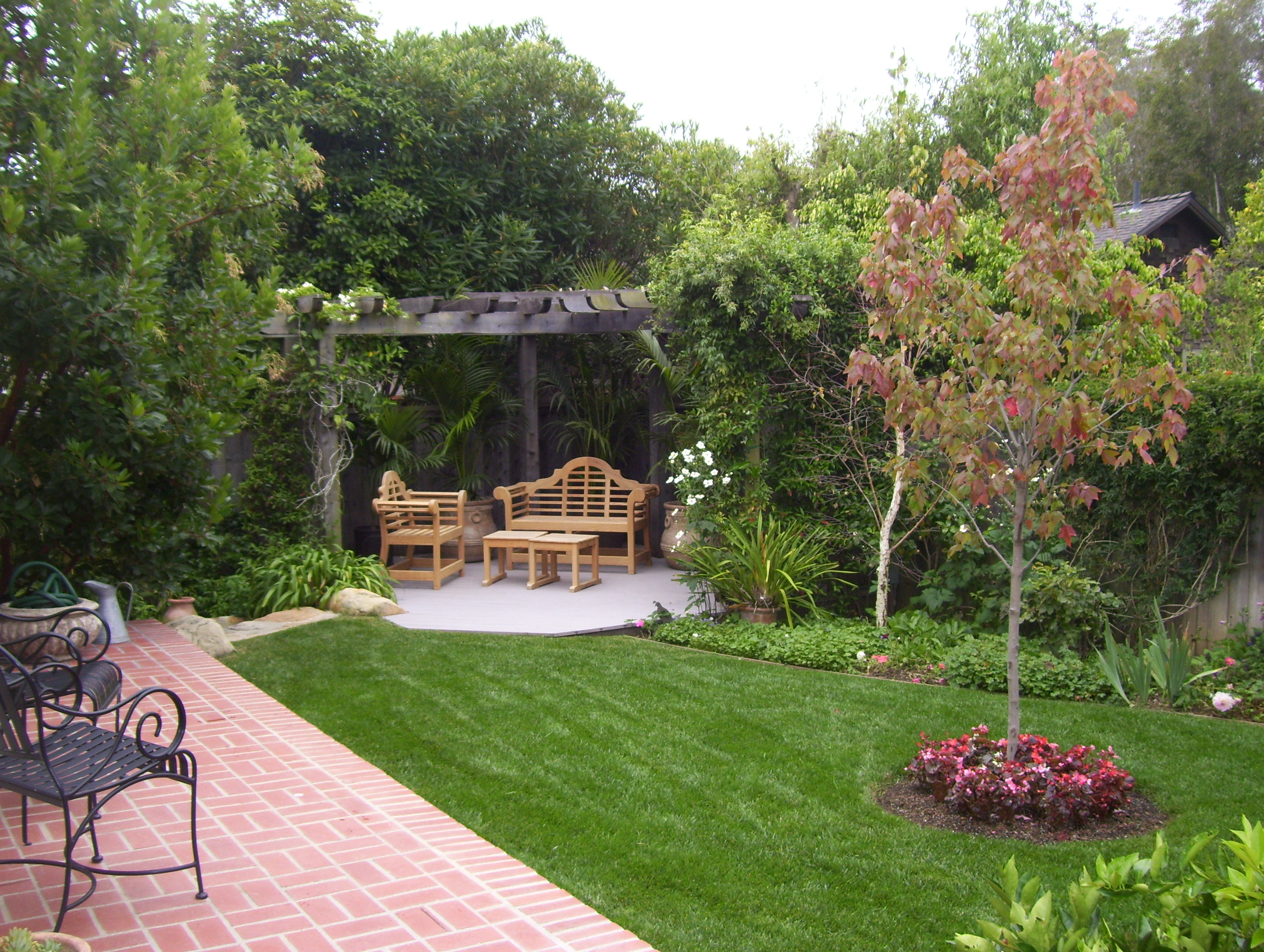Backyard landscaping ideas santa barbara down to earth for Pics of landscaped backyards